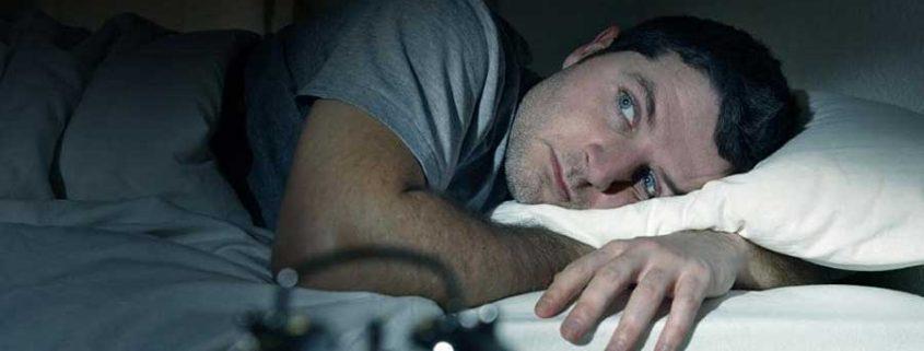 ۱۰ عادت اشتباه که شما را بیخواب میکنند