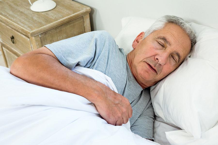 ۱۲ روش مفید برای بهبود کیفیت خواب شب در افراد مسن